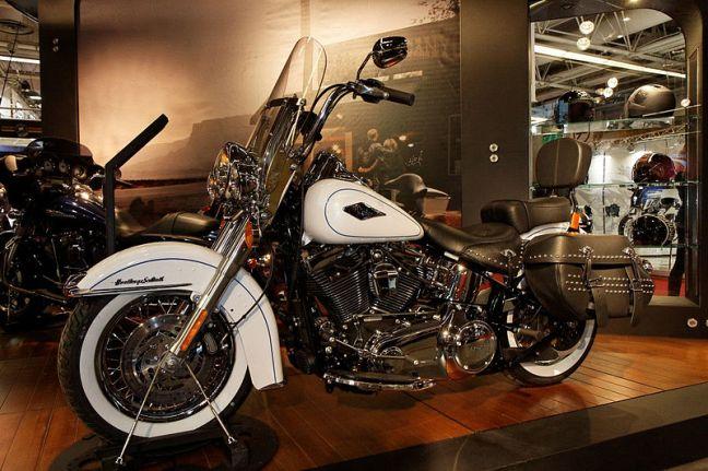 800px-Paris_-_Salon_de_la_moto_2011_-_Harley-Davidson_-_FLSTC_Heritage_Softail_Classic_-_001